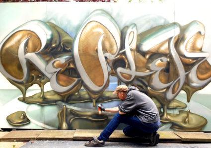 REPLETE´s melting bronze letters