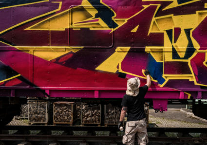 KAISY paints the MOLOTOW TRAIN
